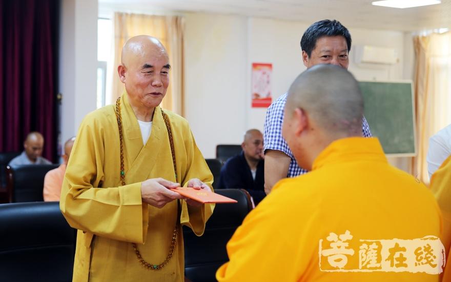 为学僧们颁发毕业证书(图片来源:菩萨在线 摄影:李蕴雨)