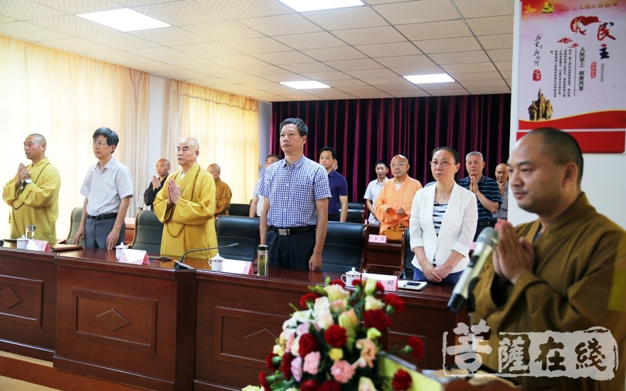 毕业典礼在《三宝歌》中圆满(图片来源:菩萨在线 摄影:李蕴雨)