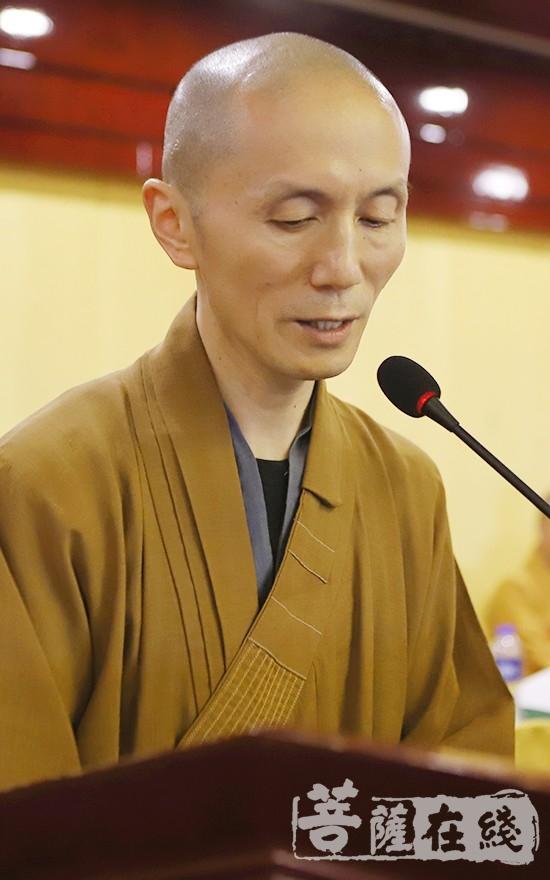 果通法师作宣城市佛教协会第二届理事会工作报告(图片来源:菩萨在线 摄影:贺雪垠)