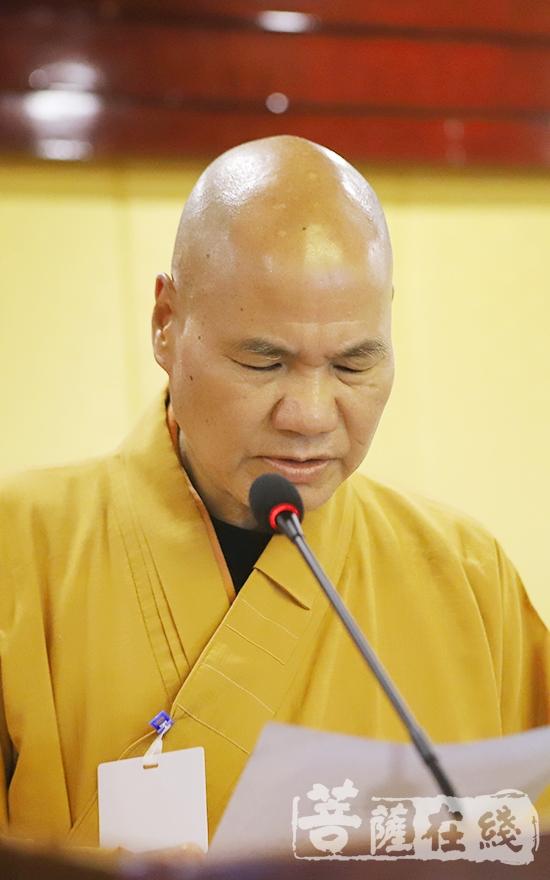 能元法师宣读宣城市佛教协第三届理事会理事候选人建议名单(图片来源:菩萨在线 摄影:王颖)