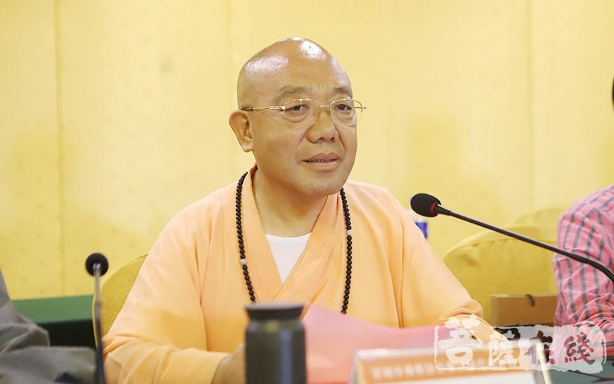 名誉会长圣富大和尚对新当选的领导班子表示热烈祝贺(图片来源:菩萨在线 摄影:王颖)