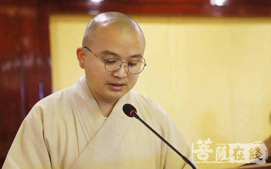 辉振法师作宣城市佛教协会章程修改情况说明(图片来源:菩萨在线 摄影:王颖)