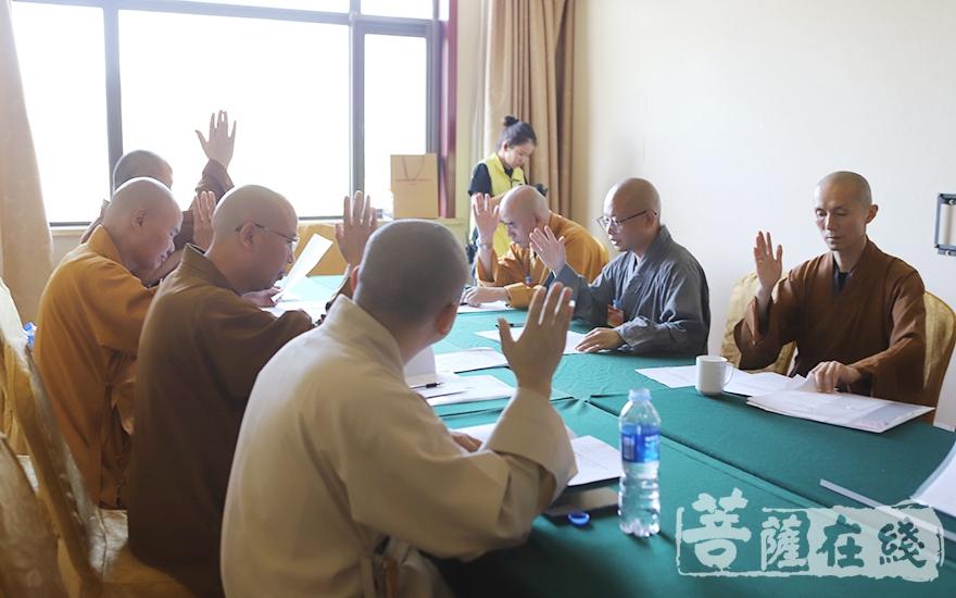 主席团第一次会议(图片来源:菩萨在线 摄影:贺雪垠)