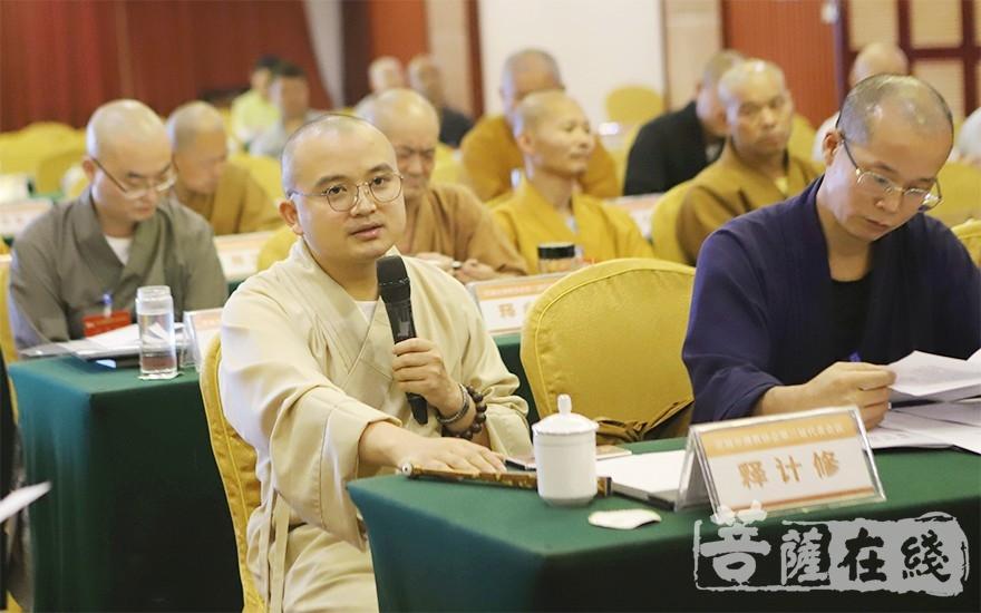 辉振法师主持分组讨论(图片来源:菩萨在线 摄影:王颖)