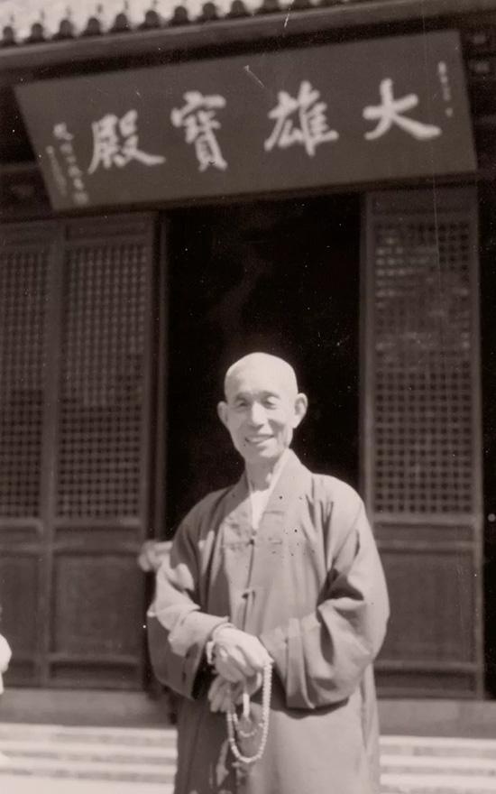 2001年静海长老在原大雄宝殿门口留念拍照