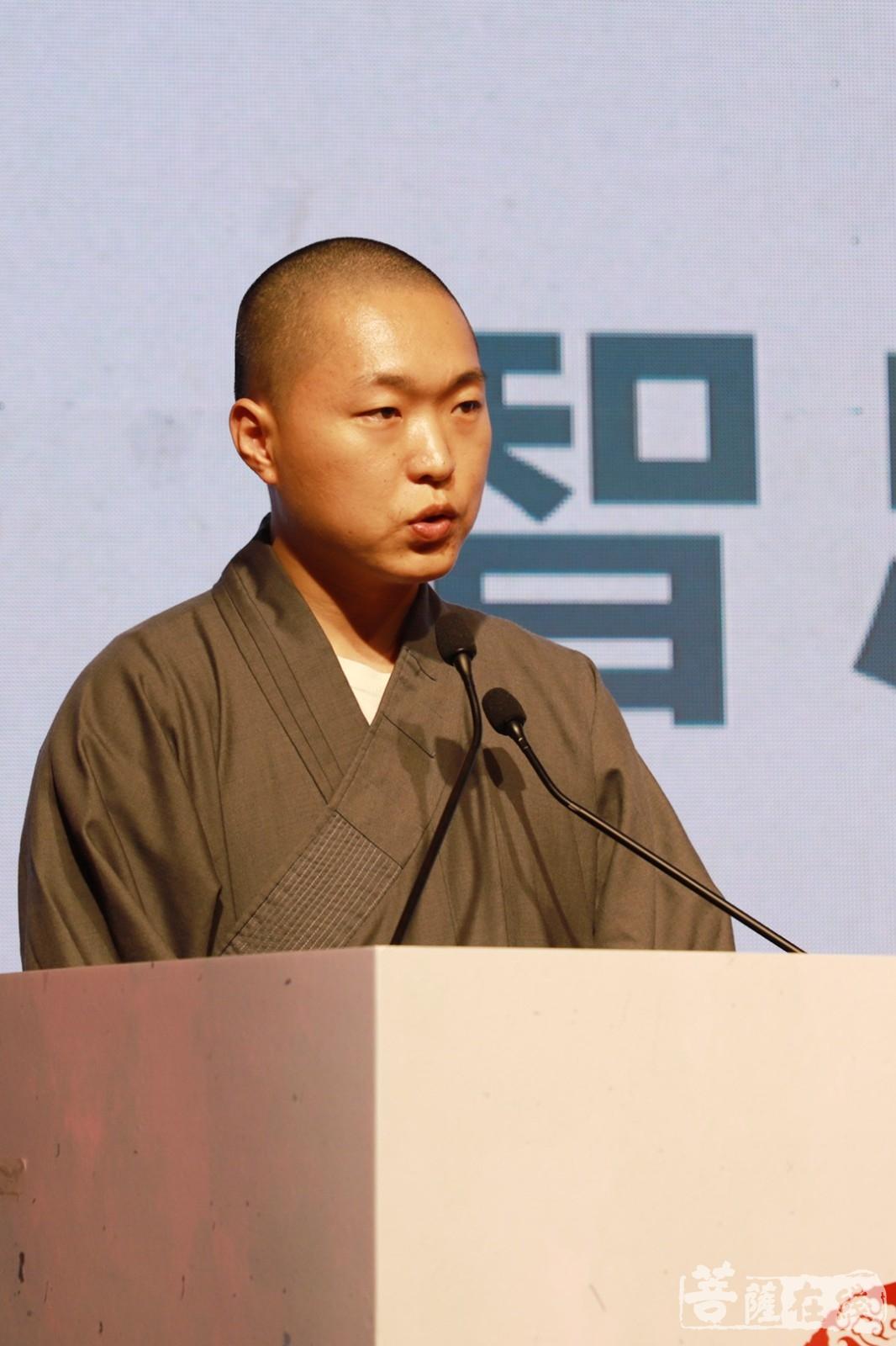 智忠法师代表光泉大和尚致词(图片来源:菩萨在线 摄影:邓彬)