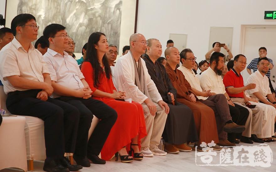 觉醒大和尚、然相法师及文化艺术界嘉宾出席开幕式(图片来源:菩萨在线 摄影:张妙)