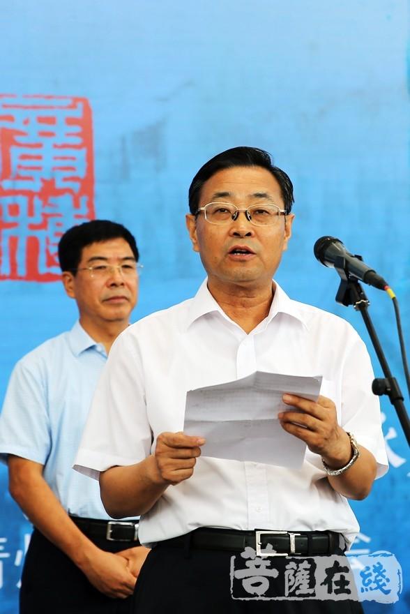 潍坊市政协副主席赵崇发对此次书画展的开幕表示祝贺(图片来源:菩萨在线 摄影:李蕴雨)