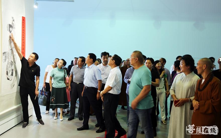 与会嘉宾一起参观展览(图片来源:菩萨在线 摄影:李蕴雨)