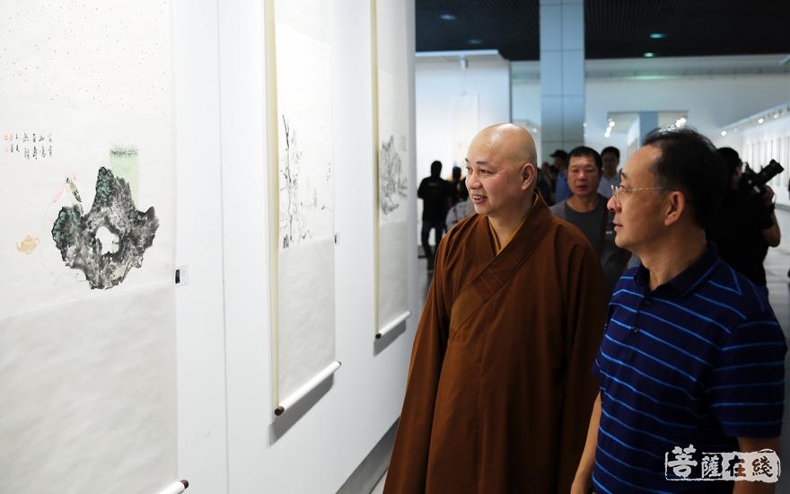 参观展览(图片来源:菩萨在线 摄影:李蕴雨)
