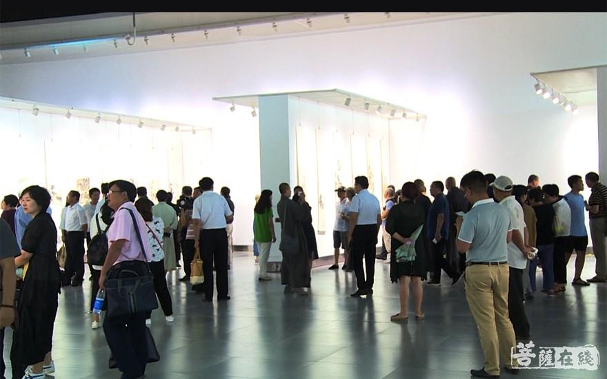与会嘉宾参观展览(图片来源:菩萨在线 摄影:李蕴雨)