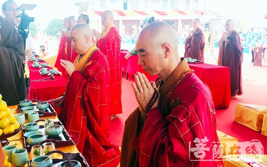 誠信法師(右)、智明法師(左)拈香(圖片來源:菩薩在線 攝影:李蘊雨)