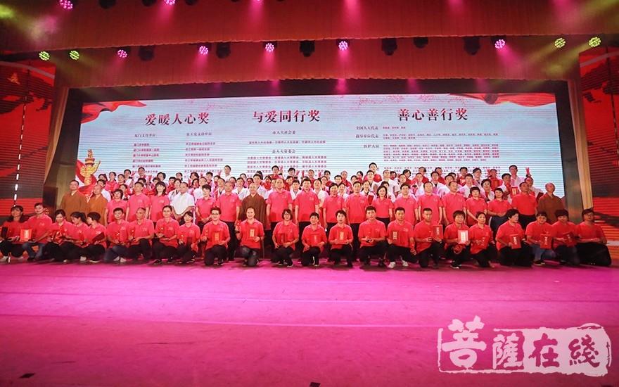 獲獎代表與領導嘉賓合影留念(圖片來源:菩薩在線 攝影:唐雪鳳)