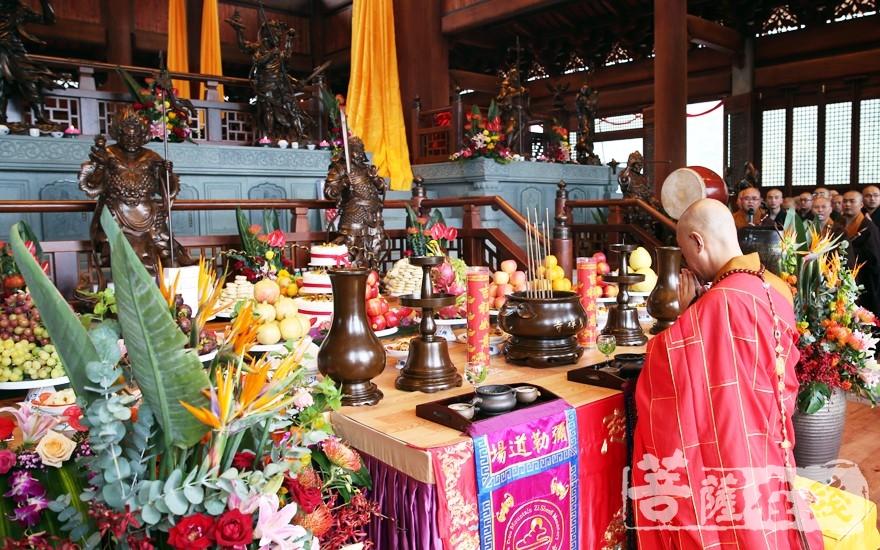 上供儀式(圖片來源:菩薩在線 攝影:李蘊雨)