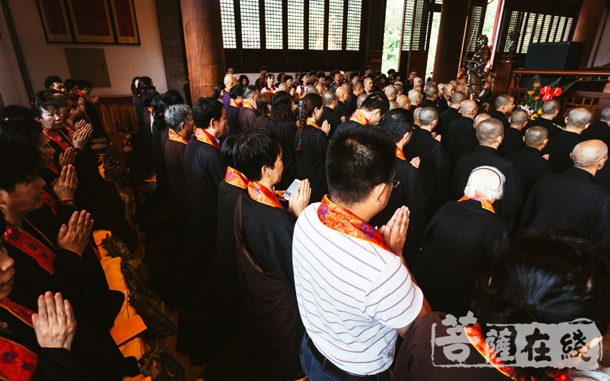 虔誠跪拜(圖片來源:菩薩在線 攝影:李金洋)