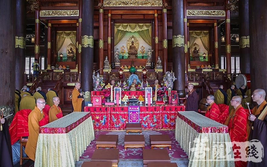 七尊证将在比丘坛上为求戒者作合法的公证人(图片来源:菩萨在线 摄影:唐雪凤)