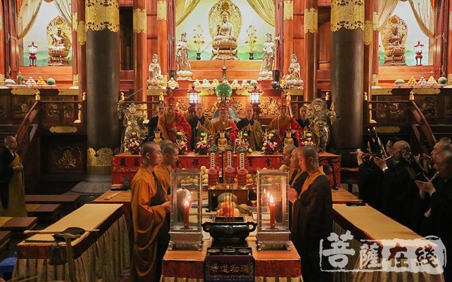 三位金刚上师入金刚座、头戴毗卢帽(图片来源:菩萨在线 摄影:唐雪凤)