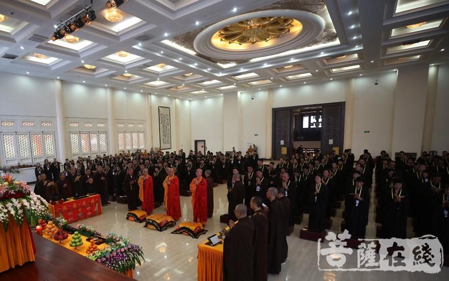 传授五戒仪式(图片来源:菩萨在线 摄影:贺雪垠)