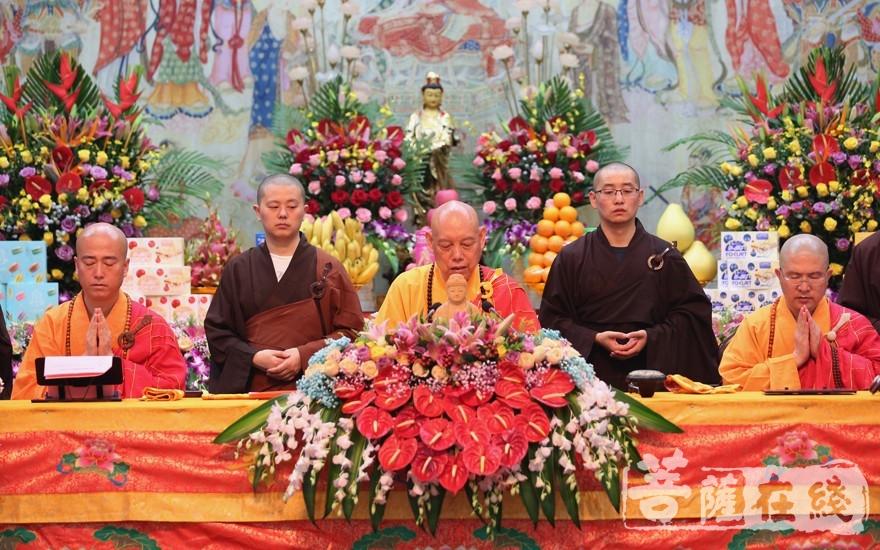 道慈大和尚(中)、信光法师(右)、宏海法师(左)(图片来源:菩萨在线 摄影:贺雪垠)