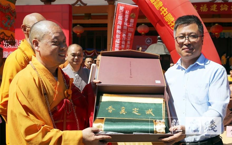 劉威秘書長代表中國佛教協會向福建省佛教協會贈送禮物(圖片來源:菩薩在線 攝影:李蘊雨)
