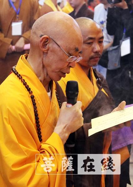 廣霖法師宣讀祭文(圖片來源:菩薩在線 攝影:施琪)