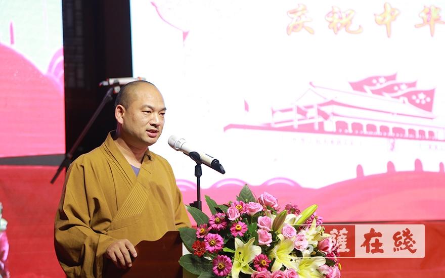 果尚法師主持文藝匯演開幕式(圖片來源:菩薩在線 攝影:王穎)