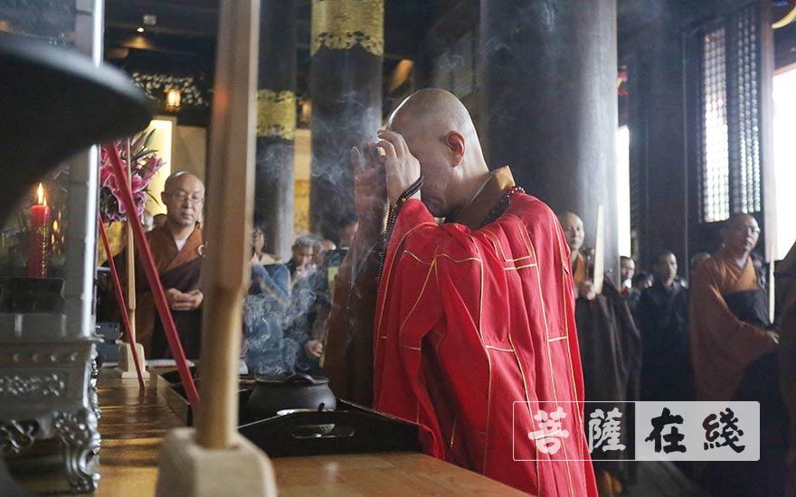 怡藏大和尚年香礼佛(图片来源:菩萨在线 摄影:贺雪垠)