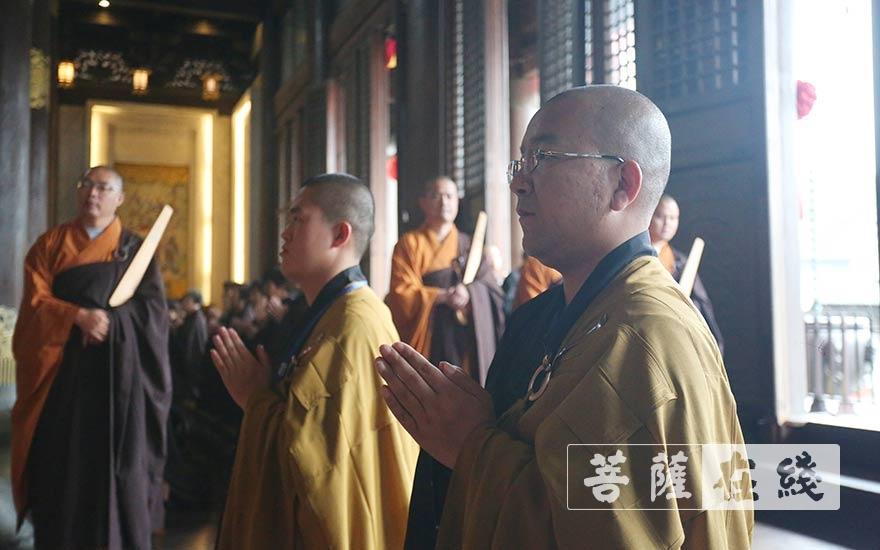 新戒恭聆三师法教(图片来源:菩萨在线 摄影:贺雪垠)