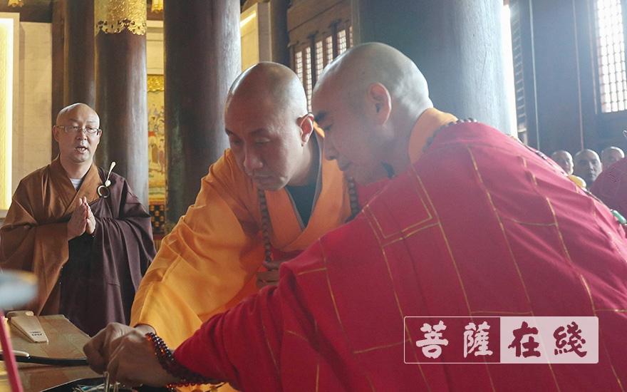 怡藏律师(右)与诚信律师(左)拈香(图片来源:菩萨在线 摄影:贺雪垠)