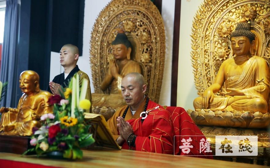 由宽度律师为众新戒传授过梵网经(图片来源:菩萨在线 摄影:李蕴雨)