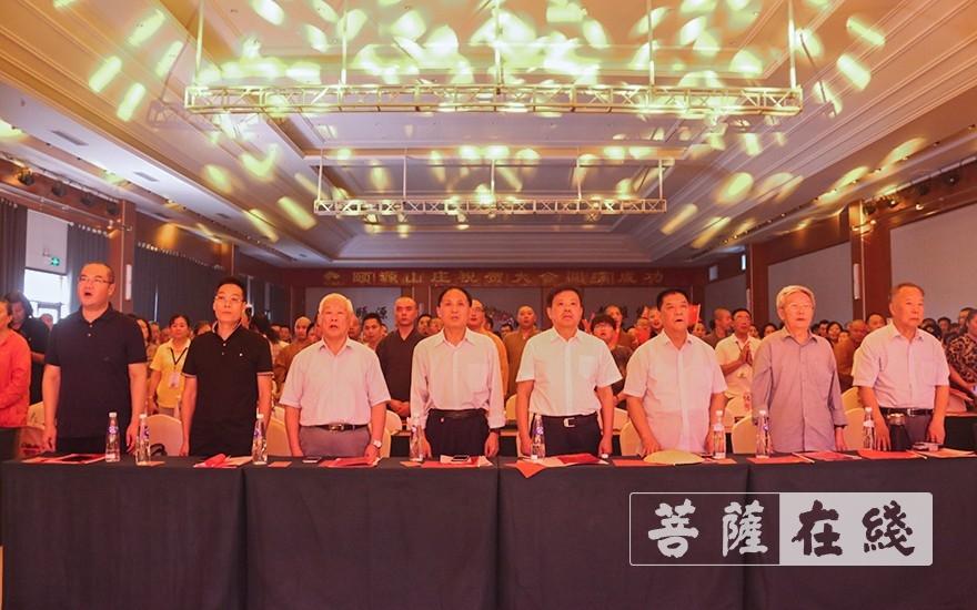 全体起立,唱国歌(图片来源:菩萨在线 摄影:唐雪凤)
