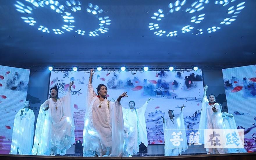舞蹈《中道禅舞》(图片来源:菩萨在线 摄影:唐雪凤)