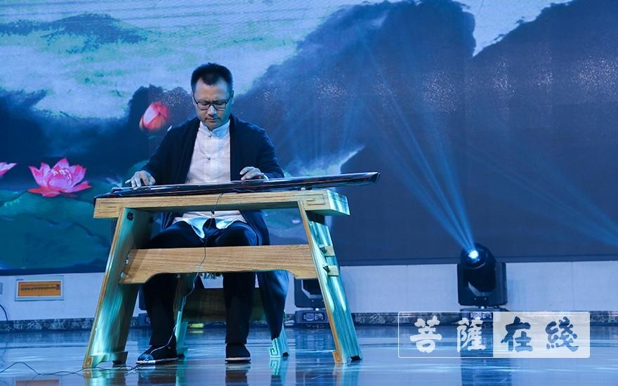 古琴演奏《平江落雁》(图片来源:菩萨在线 摄影:唐雪凤)