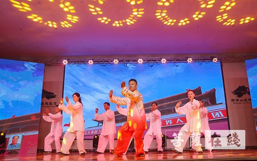 太极拳表演(图片来源:菩萨在线 摄影:唐雪凤)