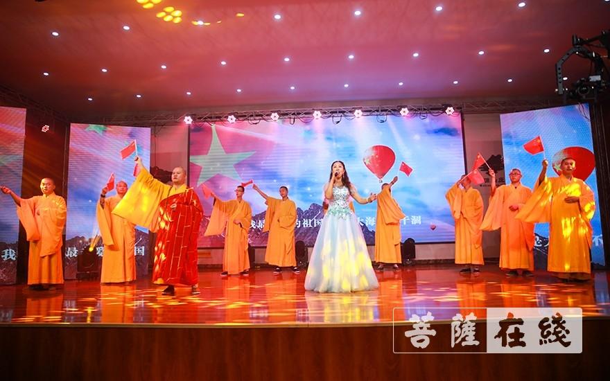 大合唱《我和我的祖国》(图片来源:菩萨在线 摄影:唐雪凤)
