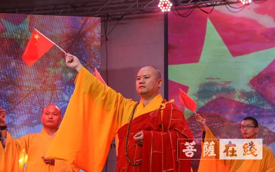 甘泉寺僧众共同合唱《我和我的祖国》(图片来源:菩萨在线 摄影:唐雪凤)