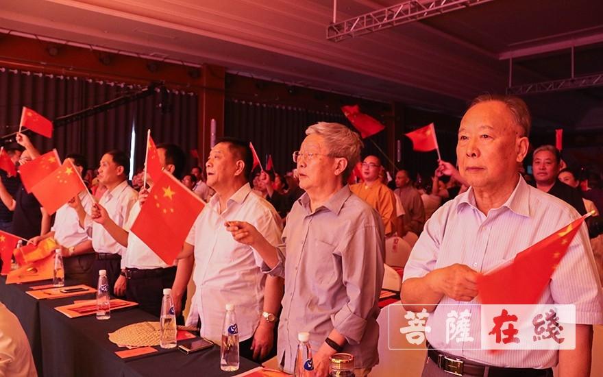 用深情唱响祝福祖国的时代赞歌(图片来源:菩萨在线 摄影:唐雪凤)