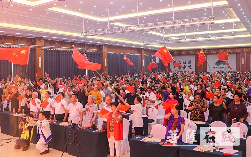 红旗飘扬(图片来源:菩萨在线 摄影:唐雪凤)