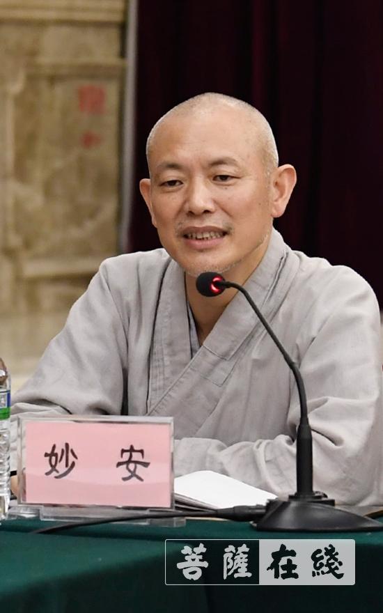 江西省佛教协会副会长妙安法师主持会议(图片来源:菩萨在线 摄影:张妙)