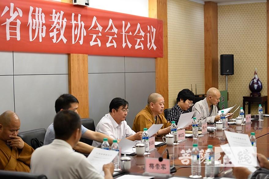 9月26日晚,江西省佛教协会会长会议于南昌召开。会议由纯一会长主持,讨论通过五届二次理事会会议日程、议程