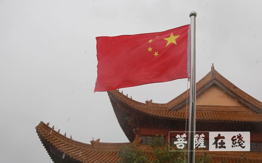 溫嶺?;鬯屡e行升國旗儀式,祝賀新中國成立70周年(圖片來源:菩薩在線 攝影:張妙)