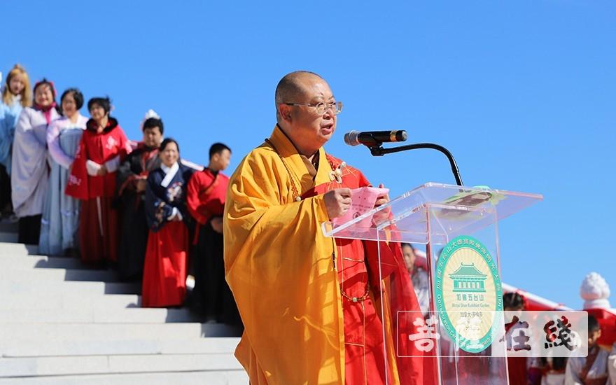 正慈大和尚宣讀中國佛教協會賀信(圖片來源:菩薩在線 攝影:彭明軍)