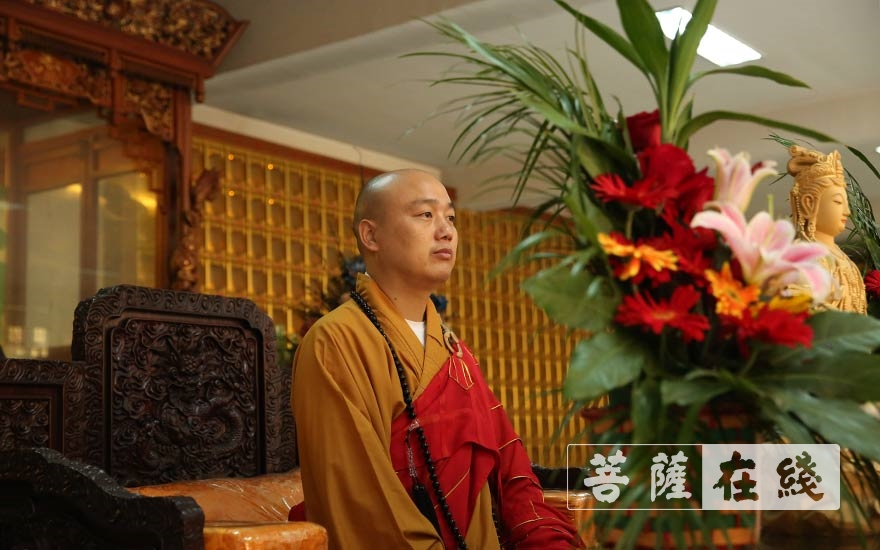 迎请法弘法师(图片来源:菩萨在线 摄影:贺雪垠)