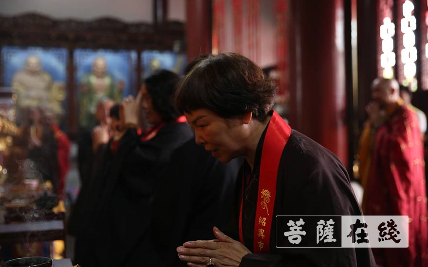 护法善信拈香(图片来源:菩萨在线 摄影:贺雪垠)