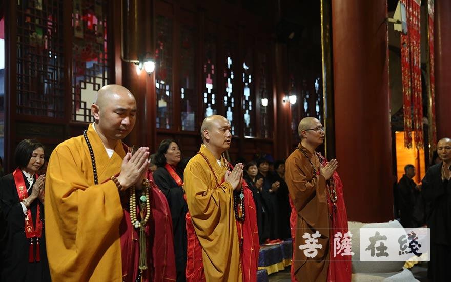 熏坛仪式圆满(图片来源:菩萨在线 摄影:贺雪垠)