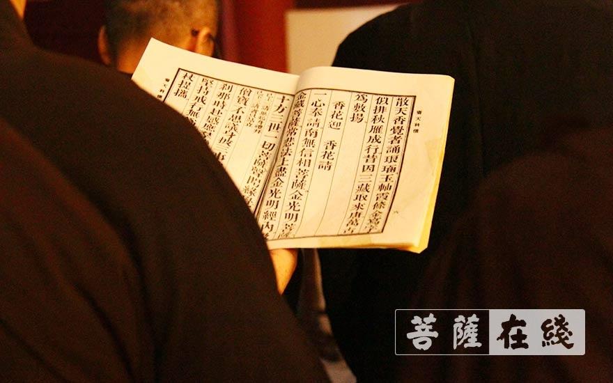 诵念佛号(图片来源:菩萨在线 摄影:贺雪垠)