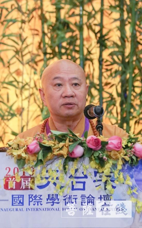 明生大和尚代表中国佛教协会宣读贺电并致辞(图片来源:菩萨在线 摄影:唐雪凤)