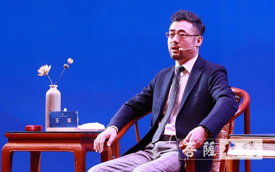 北京大学佛教研究中心主任王颂赠文殊金句:离于二相,名为修道(图片来源:菩萨在线 摄影:张妙)