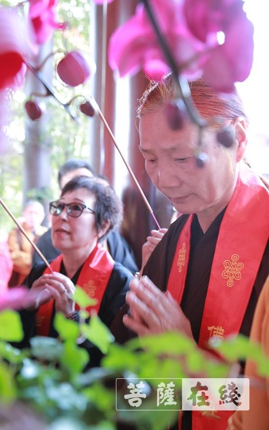 信众敬香(图片来源:菩萨在线 摄影:贺雪垠)