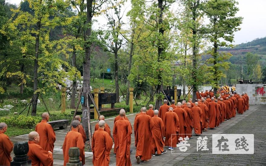 迤逦而行(图片来源:菩萨在线 摄影:李蕴雨)